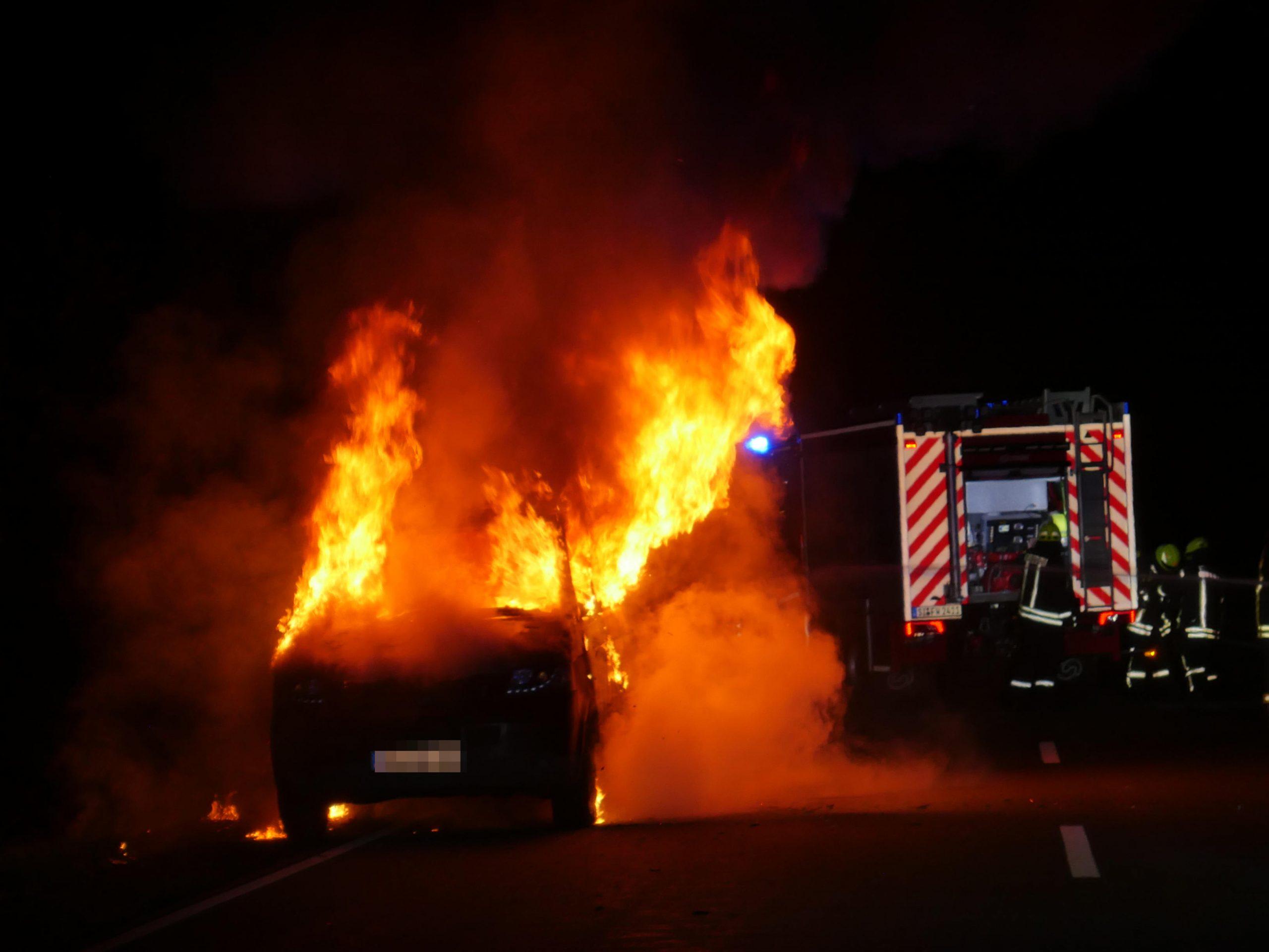 Kleinbus in Flammen