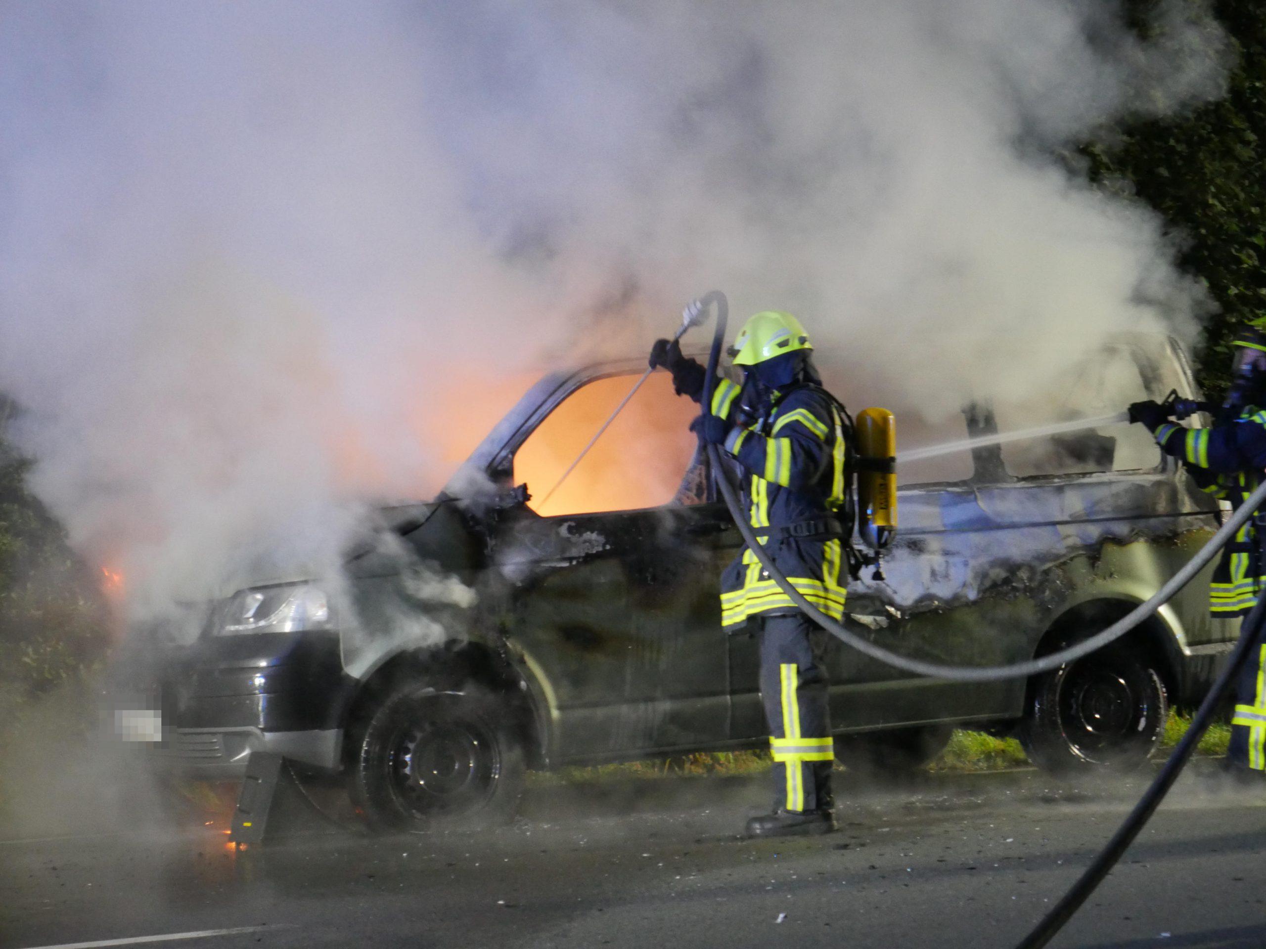 Feuerwehrmann löscht brennendes Fahrzeug