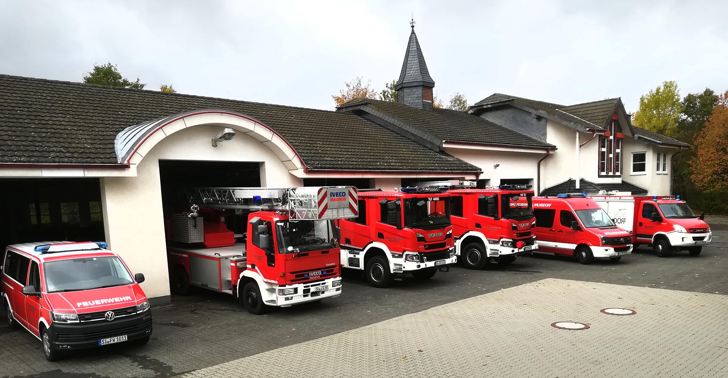 Feuerwehrgerätehaus Wilnsdorf mit Fahrzeugen