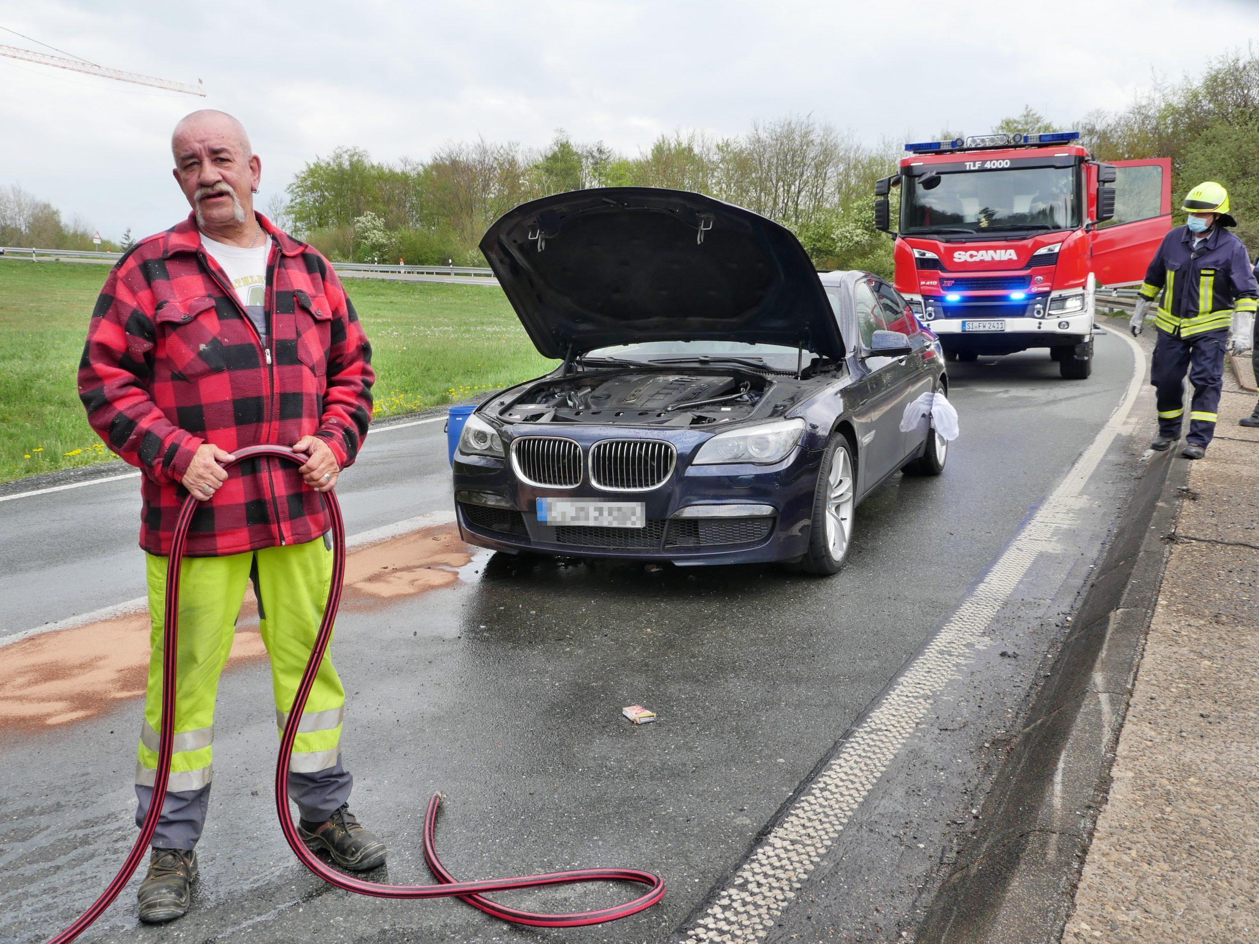 Couragierter LKW-Fahrer löscht Auto-Brand