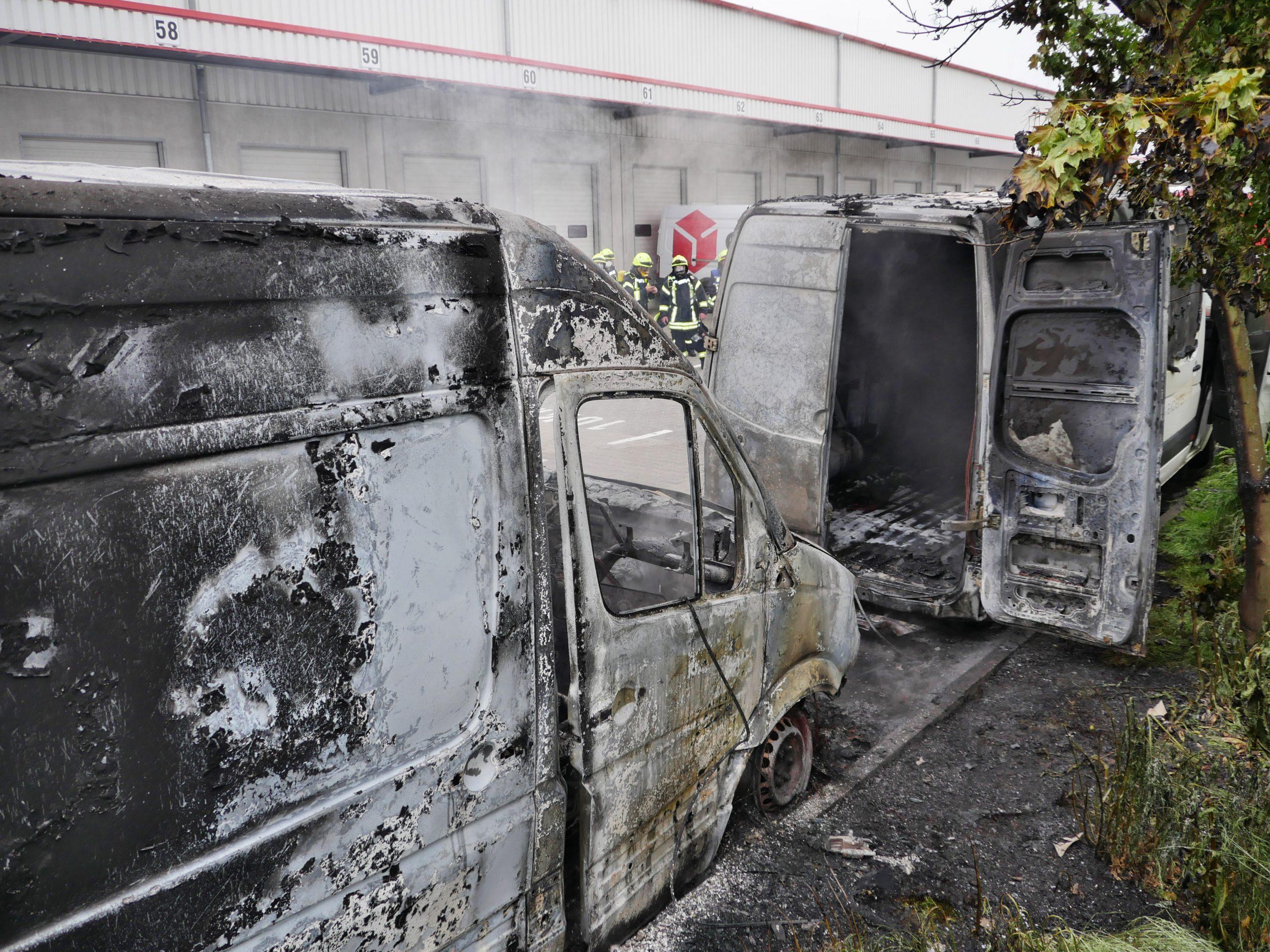 Zwei Lieferwagen brennen komplett aus